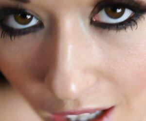 La estrella porno tetona Nikki Benz Finger se folla su jugoso coño españolasxx mojado!